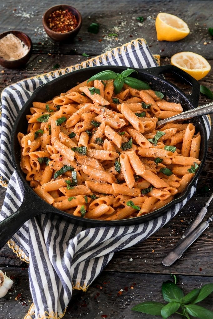 This Roasted Red Pepper Pasta is a total flavor-packed comfort meal. It's super creamy, garlicky, spicy and smoky-sweet.